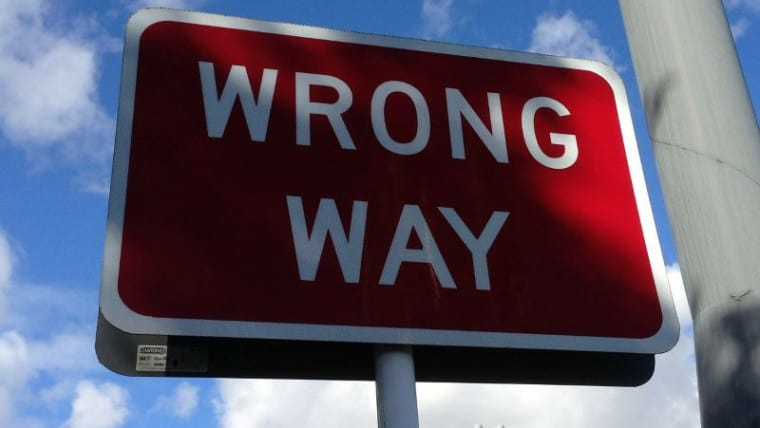 A wrong way sign indicating a bad way.